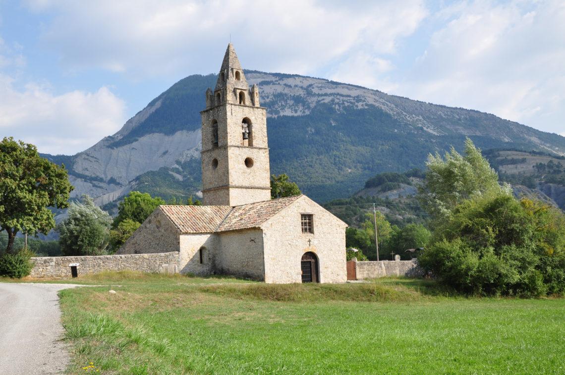 Tartonne, chapelle St Thomas sur le GR® de Pays - Grande Traversée des Préalpes (GTPA) relie du nord au sud Sisteron à Entrevaux