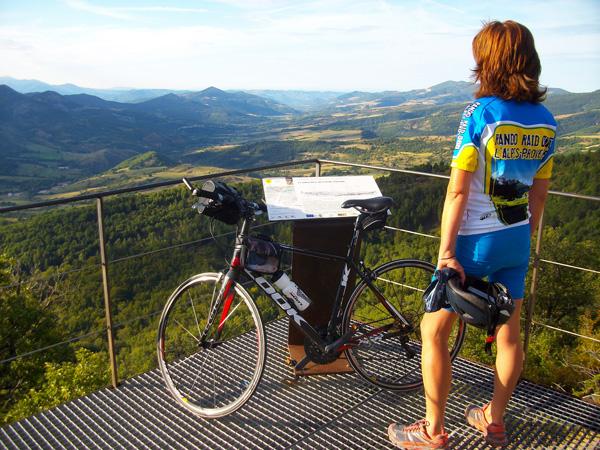 Col de Fontbelle sur les P'tites routes du Soleil photo ADT04/GBe Itinérances à vélo