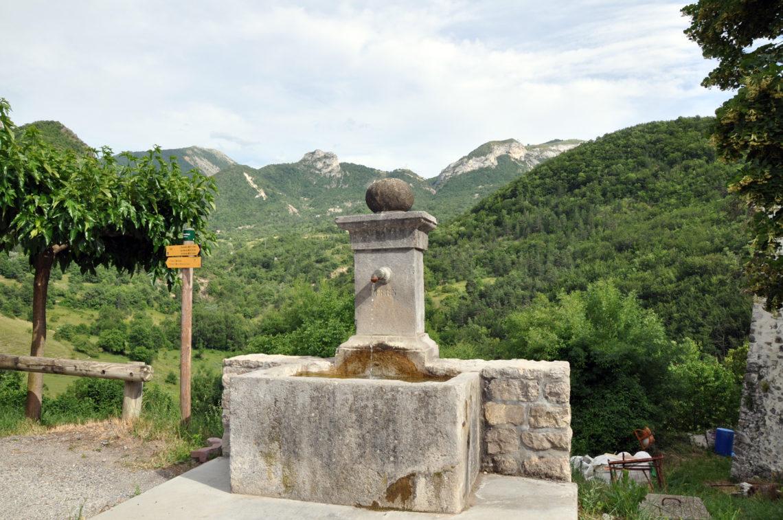 fontaine à Chateaufort, une pause agréable sur le chemin de St Jacques entre La Motte-du-Caire et Saint-Geniez
