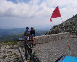 Pauline, Lucas et Antonin à vélo à la montagne de Lure ©AD04/Gbe