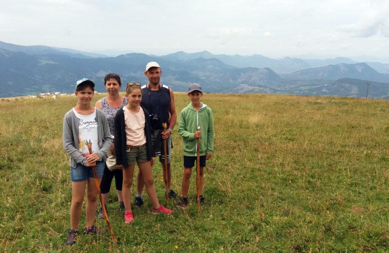 Elise, Damien et Emma et les parents Sandrine et Bertrand à la Journée en alpage à Montclar
