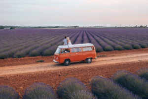 En van sur le Plateau de Valensole ©AD04-Les Droners